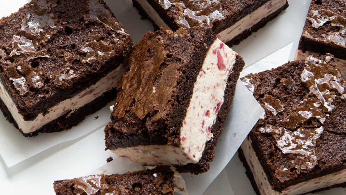 Strawberry-ice-cream-brownie-sandwiches
